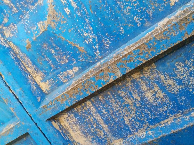 σύσταση με τον παλαιό μπλε συγκεκριμένο φράκτη στοκ φωτογραφίες