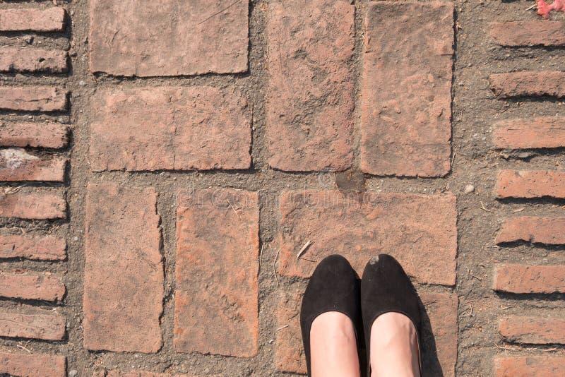 Σύσταση πατωμάτων πετρών επίστρωσης φραγμών τούβλου τετραγωνικά πόδια patio πεζοδρομίων μορφής και γυναικών ` s στοκ εικόνες με δικαίωμα ελεύθερης χρήσης
