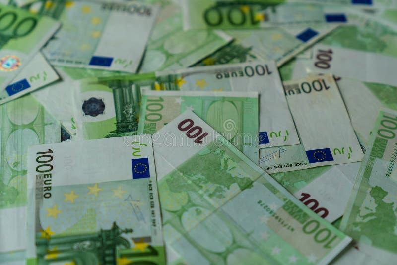 Σύσταση πολλών που βρίσκεται εκατό ευρο- τραπεζογραμματίων, χρήματα ευρωπαϊκών ενώσεων στοκ φωτογραφία