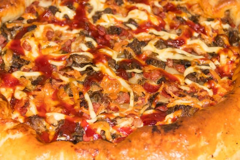 Σύσταση της εύγευστης πίτσας με το σαλάμι, το τυρί και τα μανιτάρια r στοκ φωτογραφίες με δικαίωμα ελεύθερης χρήσης