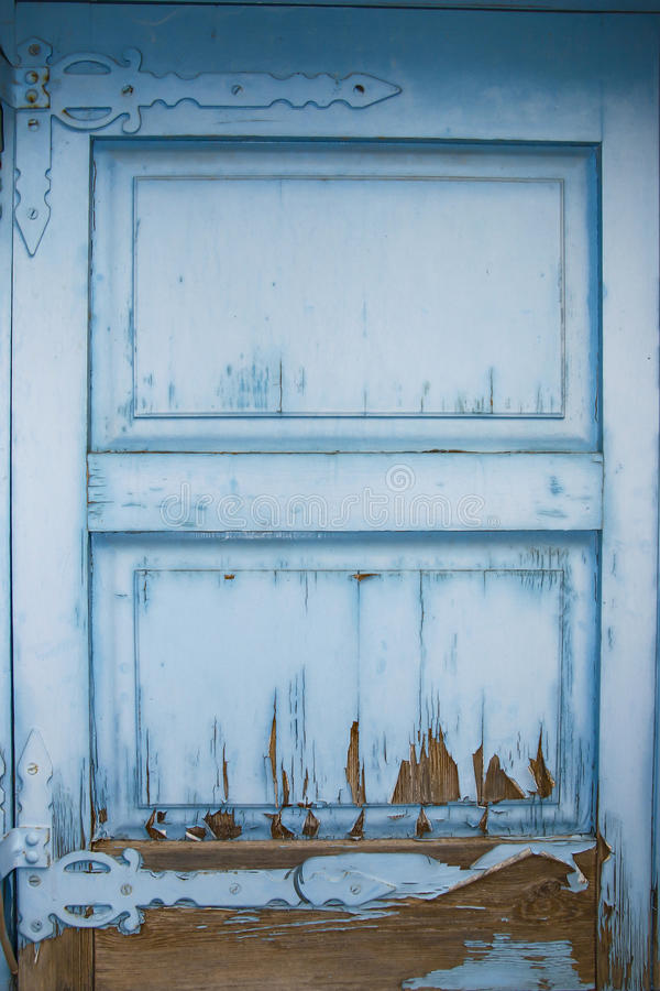 Σύσταση της φωτεινής μπλε παλαιάς ξύλινης πόρτας από την αποφλοίωση χρωμάτων στοκ εικόνες