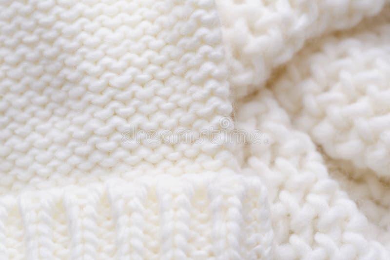 Σύσταση του άσπρων πλεκτών μαντίλι και του καπέλου στοκ φωτογραφία