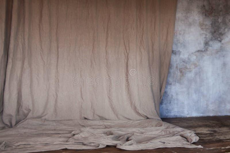 Σύσταση του γκρίζων τοίχου grunge και του κλωστοϋφαντουργικού προϊόντος καμβά στοκ εικόνες με δικαίωμα ελεύθερης χρήσης