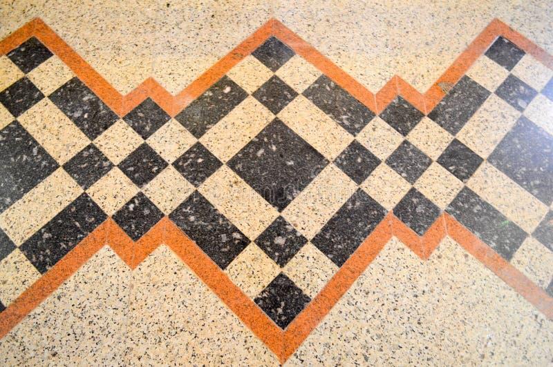Σύσταση του μαρμάρινου μαρμάρινου πατώματος πετρών, των κεραμιδιών με τα καφετιά, μαύρα και κίτρινα τετράγωνα, rhombuses, των τρι στοκ εικόνα