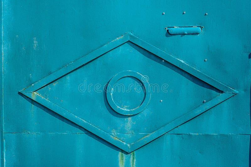 Σύσταση του παλαιού σκουριασμένου μετάλλου, χρωματισμένος ανοικτό μπλε με το rombus από την ταινία μετάλλων στο κέντρο Οριζόντια  στοκ φωτογραφία με δικαίωμα ελεύθερης χρήσης