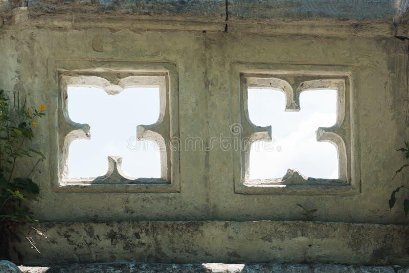 Σύσταση του τοίχου πετρών με τα χαρασμένα παράθυρα στο γοτθικό ύφος στοκ εικόνα με δικαίωμα ελεύθερης χρήσης