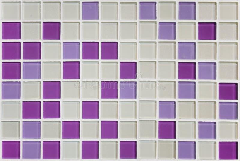 Σύσταση των μικρών τετραγώνων του μωσαϊκού στο άσπρο και ρόδινο πορφυρό cera στοκ εικόνα με δικαίωμα ελεύθερης χρήσης