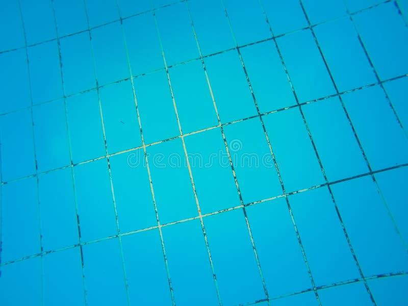 Σύσταση των μπλε κεραμιδιών στο κατώτατο σημείο της πισίνας στοκ εικόνα με δικαίωμα ελεύθερης χρήσης