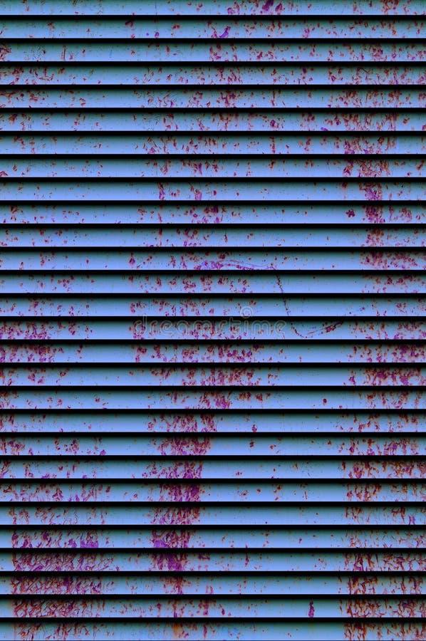 Σύσταση υποβάθρου του παλαιού σκουριασμένου χαλασμένου μετάλλου Παραμένει του πολύχρωμου χρώματος σε ένα φύλλο σιδήρου jalousie στοκ φωτογραφία
