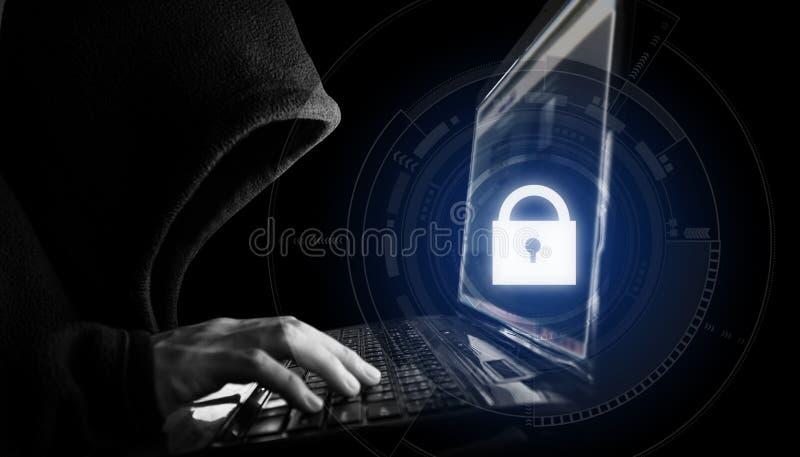 Σύστημα ασφαλείας δικτύων Ίντερνετ Χάκερ στο μαύρο hoodie που χρησιμοποιεί το lap-top υπολογιστών και το εικονίδιο κλειδαριών τεχ ελεύθερη απεικόνιση δικαιώματος