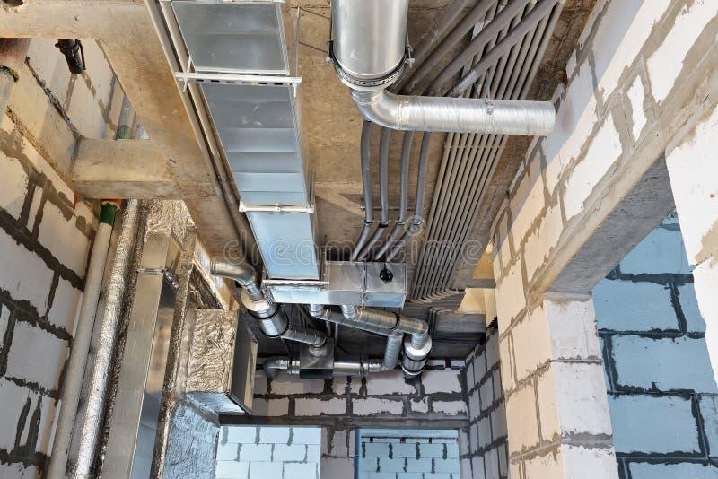 Σύστημα εξαερισμού και ηλεκτρικά καλώδια σε ένα κτήριο κάτω από την οικοδόμηση στοκ φωτογραφία