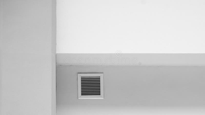 Σύστημα εξαερισμού στον άσπρο τοίχο τσιμέντου στοκ εικόνα με δικαίωμα ελεύθερης χρήσης
