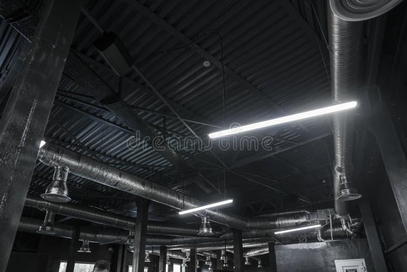 Σύστημα εξαερισμού στο ανώτατο όριο των μεγάλων κτηρίων Σωλήνες εξαερισμού στην ασημένια υλική ένωση μόνωσης από στοκ φωτογραφία με δικαίωμα ελεύθερης χρήσης