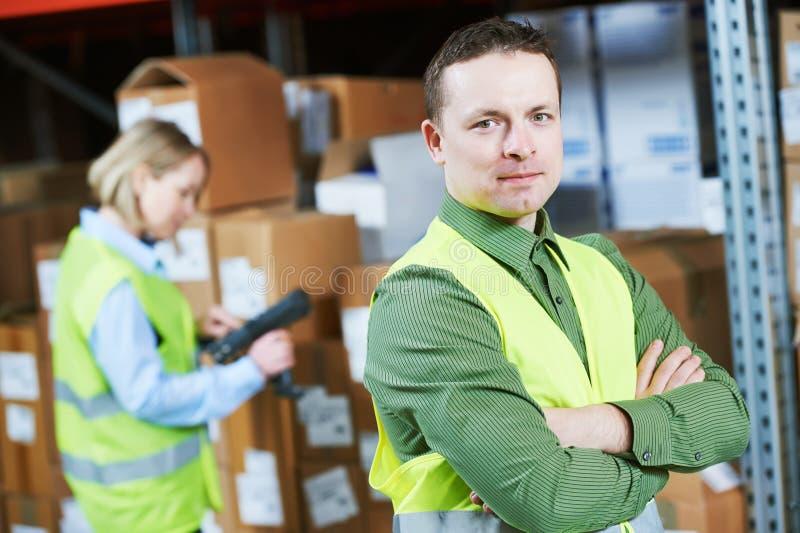 Σύστημα διαχείρισης αποθηκών εμπορευμάτων Εργαζόμενος με τον ανιχνευτή γραμμωτών κωδίκων στοκ φωτογραφίες με δικαίωμα ελεύθερης χρήσης