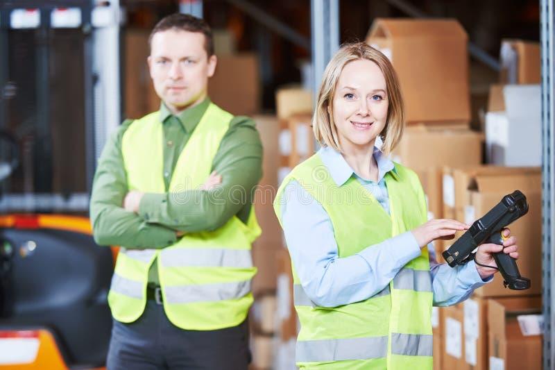 Σύστημα διαχείρισης αποθηκών εμπορευμάτων Εργαζόμενος με τον ανιχνευτή γραμμωτών κωδίκων στοκ εικόνες