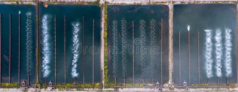 Σύστημα καταιωνιστήρων νερού λιμνοθάλασσας για συμπύκνωση υδρατμών Αεροφωτογραφία στοκ φωτογραφίες με δικαίωμα ελεύθερης χρήσης
