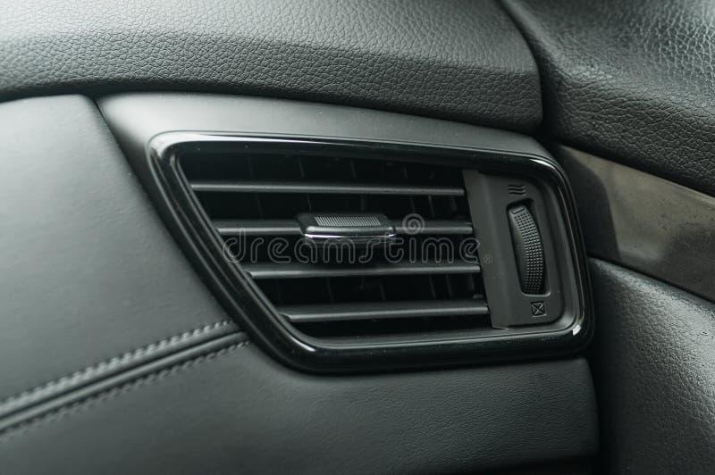 Σύστημα κλιματιστικών μηχανημάτων στο σύγχρονο αυτοκίνητο, κινηματογράφηση σε πρώτο πλάνο κάγκελα αεραγωγών του σύγχρονου αυτοκιν στοκ φωτογραφίες