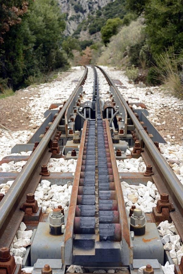Σύστημα μετάβασης έλξης βαραίνω στο σιδηρόδρομο diakofto-Καλάβρυτα στοκ φωτογραφίες