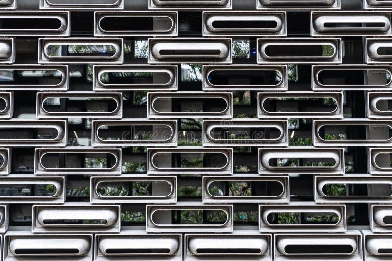 Σύστημα μονάδων προσόψεων αλουμινίου απορριμμάτων στο τυχαίο μορφωματικό ντυμένο εσωτερικό κτήριο γυαλιού στη σύσταση Χονγκ Κονγκ στοκ εικόνες