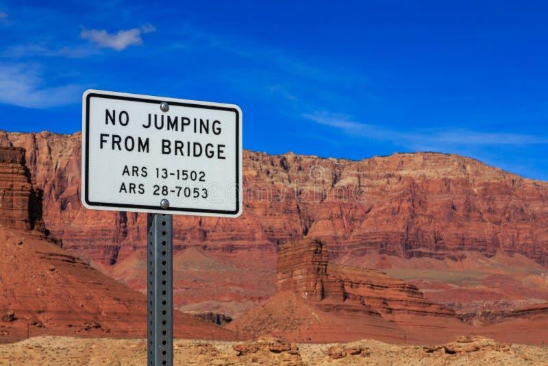 Σύστημα σηματοδότησης με τους πηδώντας περιορισμούς σε μια γέφυρα ποδιών, Αριζόνα, ΗΠΑ στοκ φωτογραφίες
