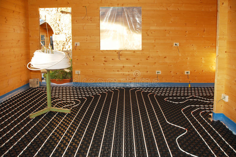 Σύστημα Underfloor θέρμανσης στο ξύλινο σπίτι στοκ φωτογραφία με δικαίωμα ελεύθερης χρήσης