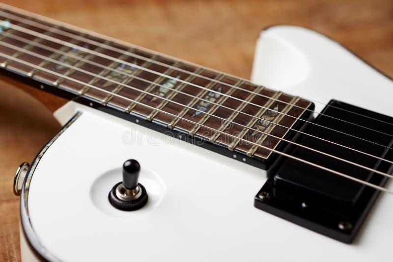 Σώμα και fretboard της σύγχρονης ηλεκτρικής κιθάρας στοκ εικόνα