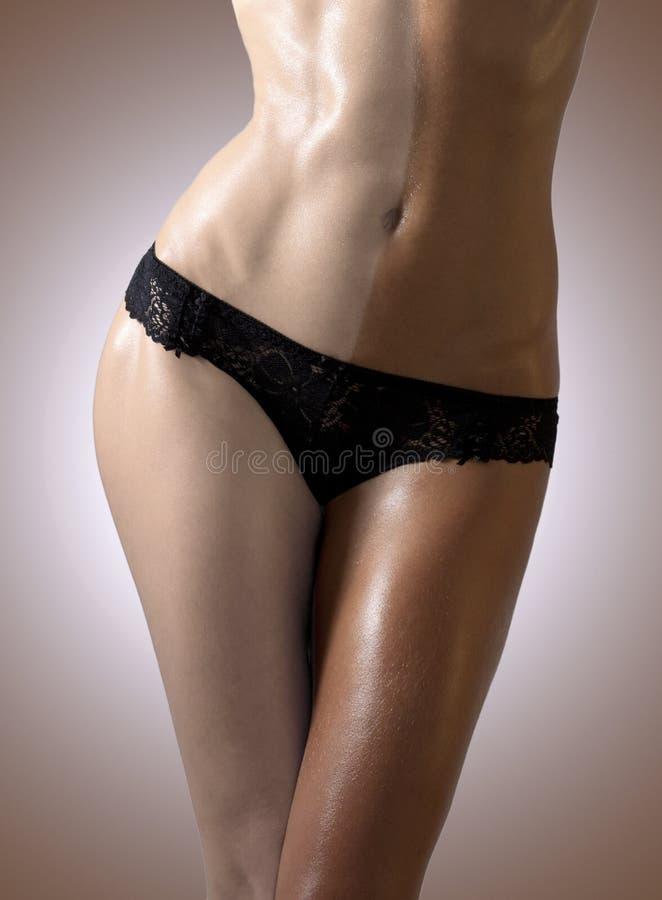 Σώμα της λεπτής μαυρισμένο γυναίκας. στοκ φωτογραφίες