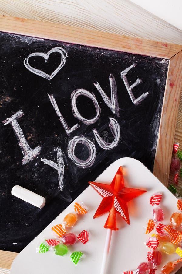 Σ' αγαπώ, γραπτός σε έναν πίνακα με την κιμωλία, καραμέλα, καραμέλα, αστέρι, ράβδος, ημέρα βαλεντίνων, βαλεντίνος, ρομαντικός στοκ φωτογραφία με δικαίωμα ελεύθερης χρήσης