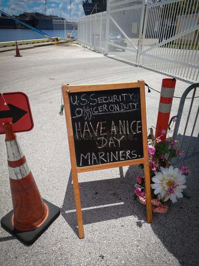 Τάμπα, Φλόριντα, Ηνωμένες Πολιτείες 6/Αυγ/2018 Ένα πανό που εύχεται στους ναυτικούς μια ωραία ημέρα Ένα σήμα βρίσκεται εκτός σημε στοκ φωτογραφία