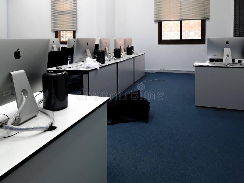 Τάξη, γραφείο με τους σύγχρονους υπολογιστές της Apple iMac στοκ φωτογραφία