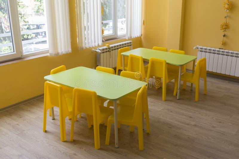 Τάξη παιδικών σταθμών με τις μικρούς καρέκλες και τους πίνακες στοκ φωτογραφία