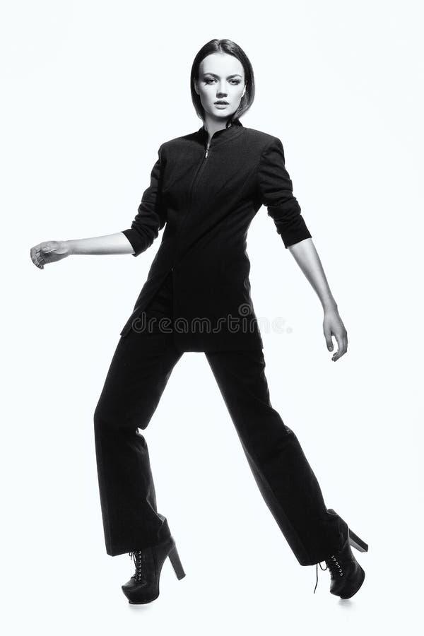 τάση Μοντέρνη κομψή φιλόδοξη γυναίκα στο Μαύρο μόδα υψηλή στοκ φωτογραφίες με δικαίωμα ελεύθερης χρήσης