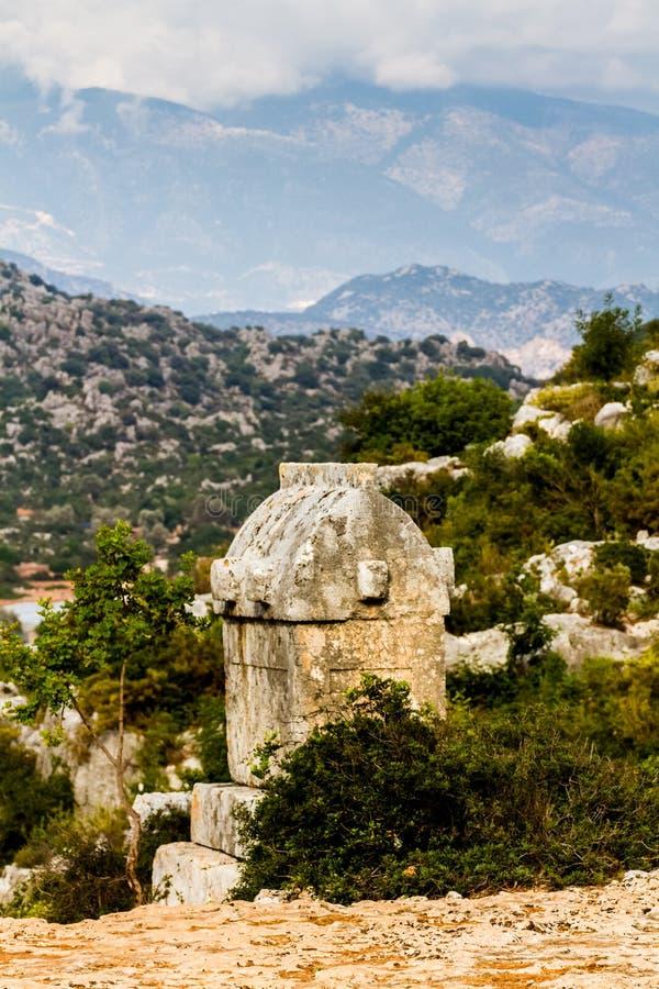 Τάφοι Lycian ενάντια στο σκηνικό των βουνών σε Simena στοκ φωτογραφίες