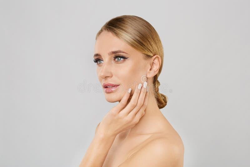 τέλεια γυναίκα δερμάτων &omicr Εφαρμογή της έννοιας Makeup στοκ φωτογραφία