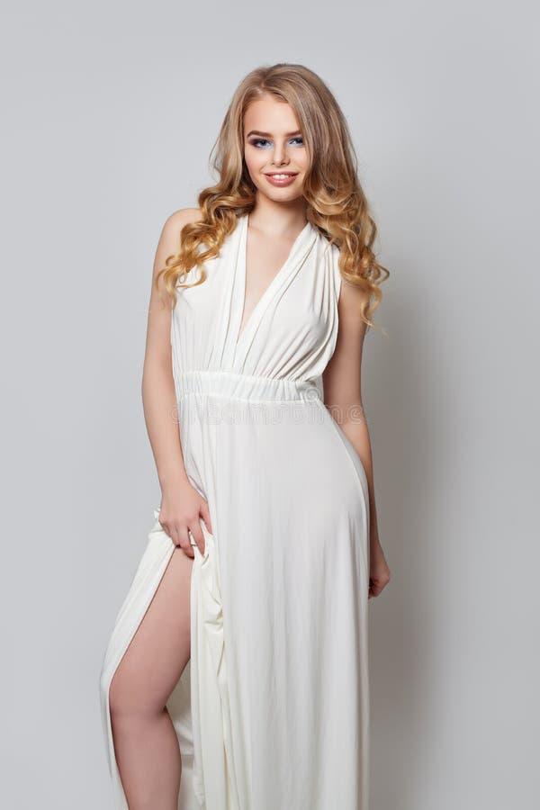 Τέλεια γυναίκα στο καθιερώνον τη μόδα άσπρο πορτρέτο φορεμάτων στοκ φωτογραφίες