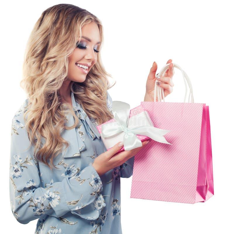 Τέλεια νέα γυναίκα με τις τσάντες και το δώρο αγορών στοκ φωτογραφία με δικαίωμα ελεύθερης χρήσης