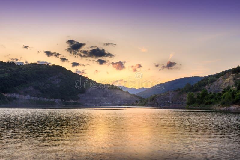 Τέλεια χρυσή ώρα πέρα από τα αντανακλαστικά δύσκολα βουνά λιμνών και οριζόντων στοκ φωτογραφία με δικαίωμα ελεύθερης χρήσης
