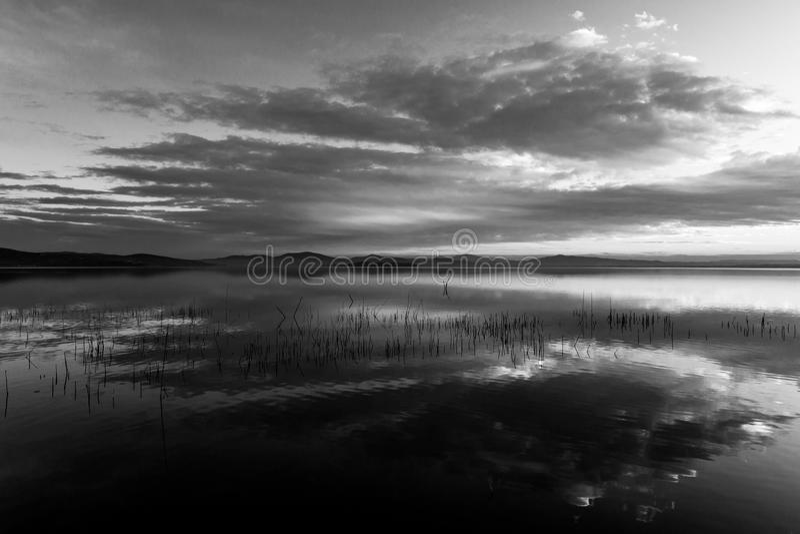 Τέλειες και συμμετρικές αντανακλάσεις σύννεφων σε μια λίμνη στοκ εικόνα με δικαίωμα ελεύθερης χρήσης