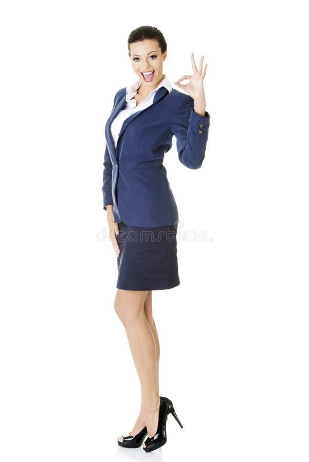 Τέλειος - επιχειρησιακή γυναίκα που εμφανίζει ΕΝΤΑΞΕΙ σημάδι χεριών. στοκ εικόνα με δικαίωμα ελεύθερης χρήσης