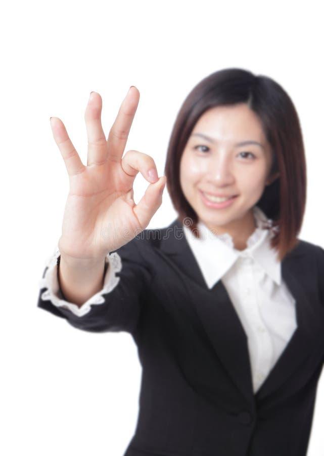 Τέλειος - επιχειρησιακή γυναίκα που εμφανίζει ο.κ. στοκ εικόνες με δικαίωμα ελεύθερης χρήσης