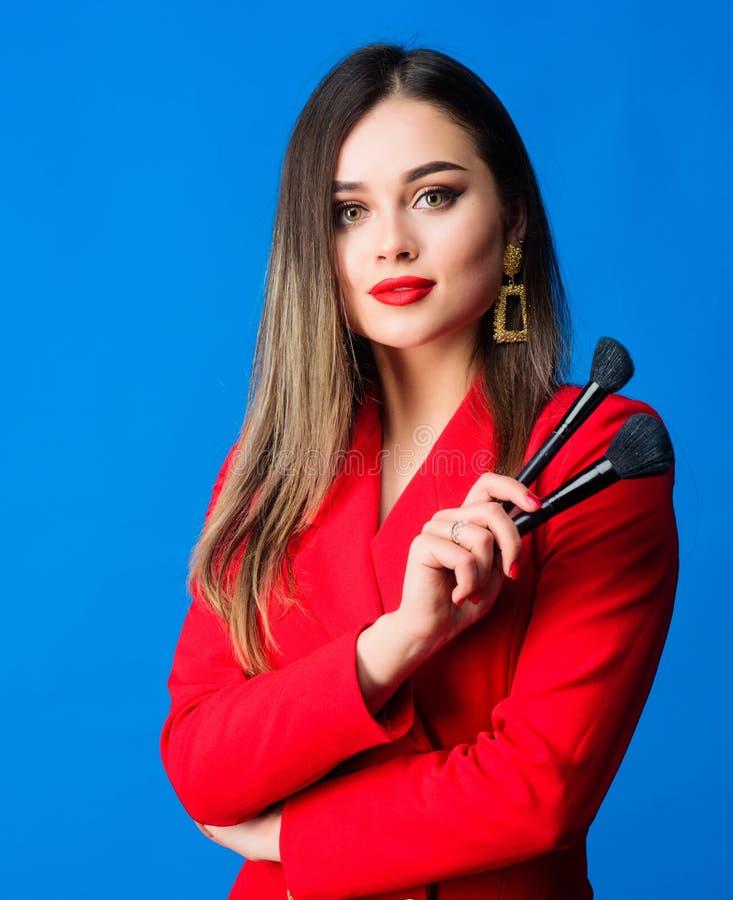 Τέλειος τόνος δερμάτων Έννοια καλλιτεχνών Makeup Να φανεί καλός και αίσθημα βέβαιος Πανέμορφα γυναικεία makeup κόκκινα χείλια _ στοκ φωτογραφίες