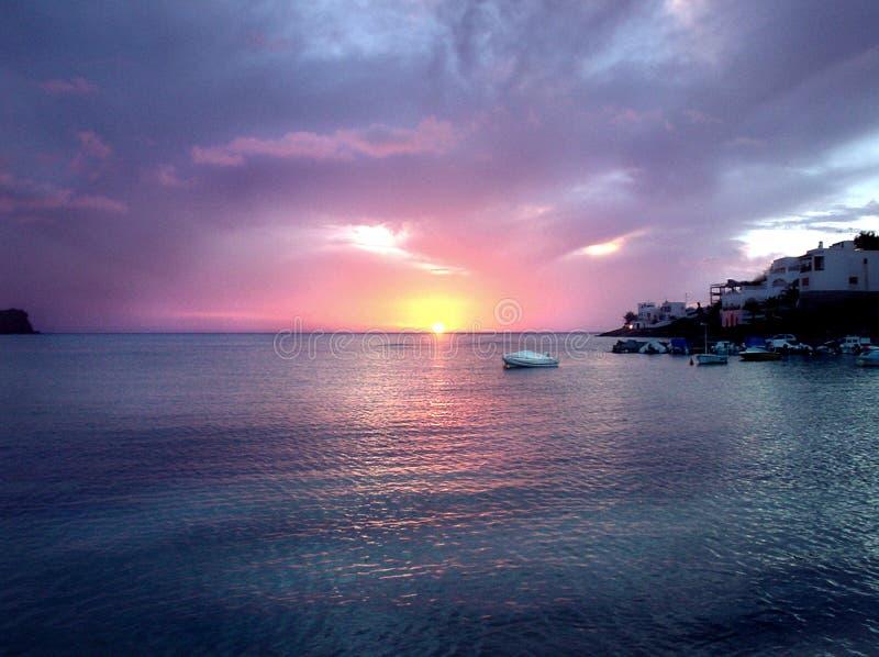 τέλειο ηλιοβασίλεμα βαρκών στοκ εικόνες με δικαίωμα ελεύθερης χρήσης