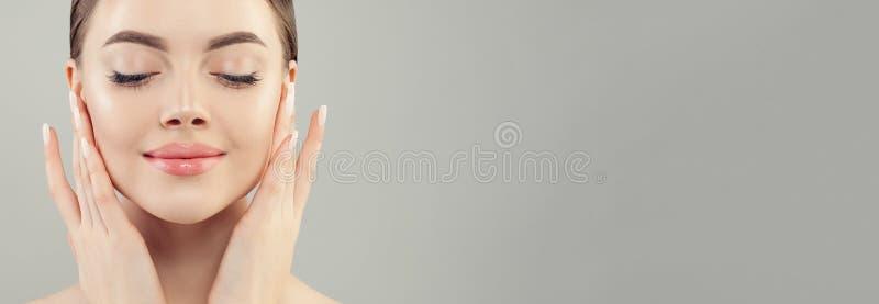Τέλειο θηλυκό πρόσωπο Όμορφο πρότυπο με το σαφές πορτρέτο κινηματογραφήσεων σε πρώτο πλάνο δερμάτων στο υπόβαθρο εμβλημάτων στοκ εικόνες
