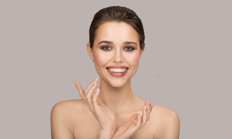Πορτρέτο της νέας γυναίκας Τέλειο καθαρό δέρμα και όμορφο χαμόγελο στοκ φωτογραφίες