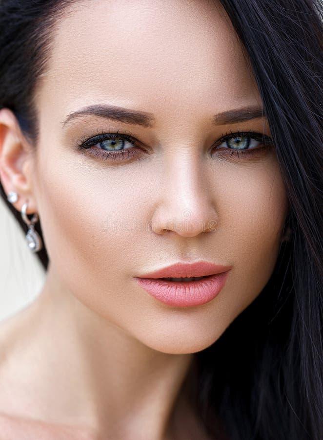Τέλειο κορίτσι με ένα όμορφο πρόσωπο στοκ φωτογραφίες