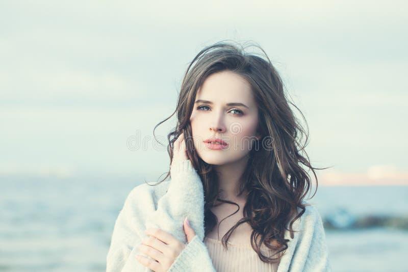 Τέλειο κορίτσι με τη μακριά κυματιστή τρίχα στοκ εικόνα