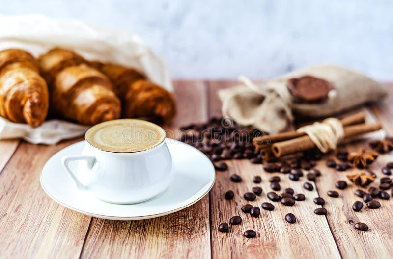 Τέλειο πρόγευμα των croissants και του καφέ στον ξύλινο πίνακα Αγροτικό ύφος στοκ φωτογραφίες