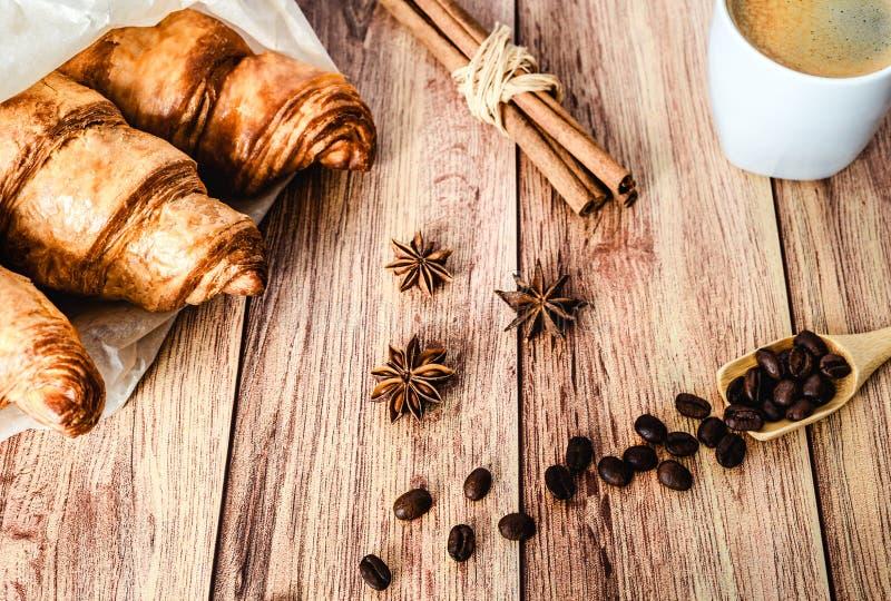 Τέλειο πρόγευμα των croissants και του καφέ στον ξύλινο πίνακα Αγροτικό ύφος στοκ εικόνες