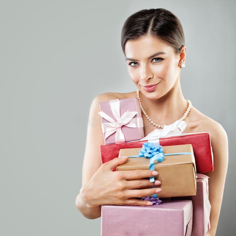 Τέλειο πρότυπο μόδας κοριτσιών με το κιβώτιο δώρων καφετιού εγγράφου στοκ φωτογραφία με δικαίωμα ελεύθερης χρήσης