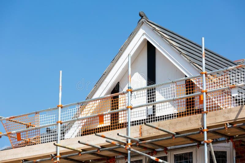 Τέλος αετωμάτων στη νέα κατοικημένη ιδιοκτησία κατασκευής στοκ εικόνες με δικαίωμα ελεύθερης χρήσης